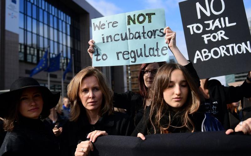 Podrska borbi Poljakinja za legalan abortus