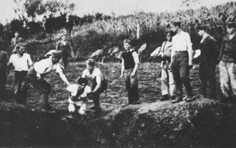 Ustase ubijaju logorase u koncentracionom logoru Jasenovac